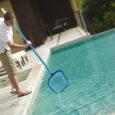Czyszczenie basenu najlepiej przeprowadzać regularnie - zapobiegniemy w ten sposób zbieraniu się brudu