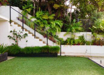 zadbany trawnik przed wejściem do domu